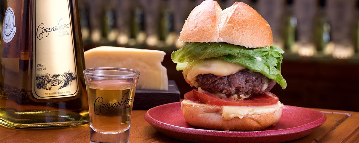 Harmonização - Hambúrguer de costela com queijo gouda.