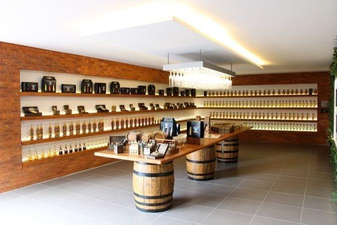 Visite nossa loja e alambique, cachaça companheira